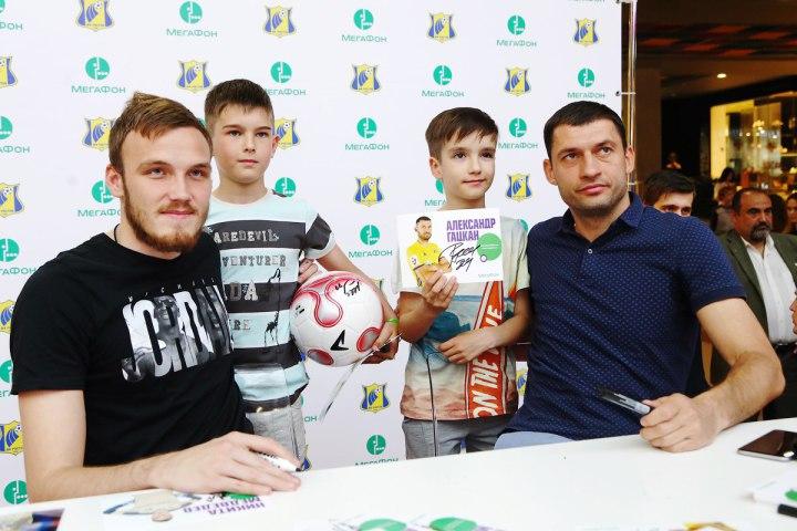 Гацкан и Медведев раздали автографы в ТРК «Горизонт»
